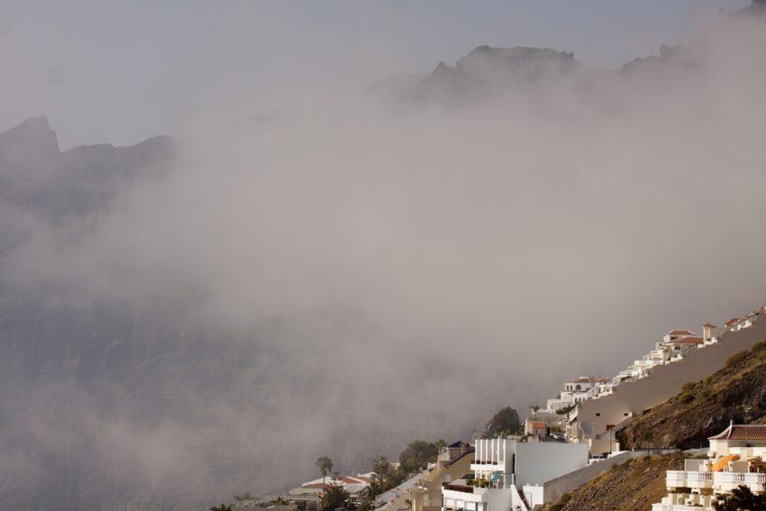 Der Nebel verschluckt selbst die Giganten.