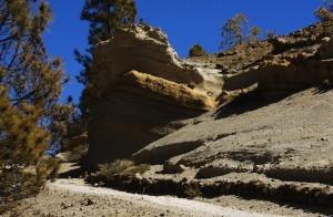 der Rundwanderweg mit weißen Felsen