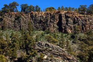 der Wanderweg verläuft unterhalb der steilen Felswände