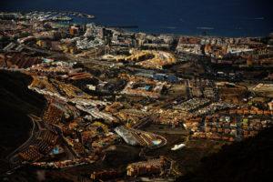 die eng bebauten Küstenstädte wirken von oben wie Spielzeug