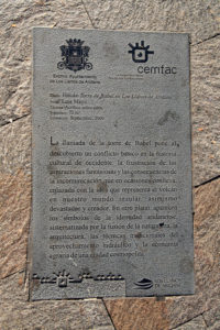 Steintafeln auf den Gehwegen verewigen die Künstler