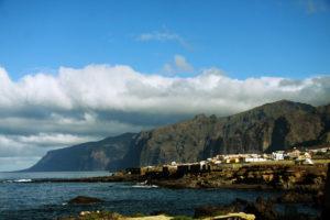 Blick zurück auf Puerto de Santiago vom Wanderweg am Meer