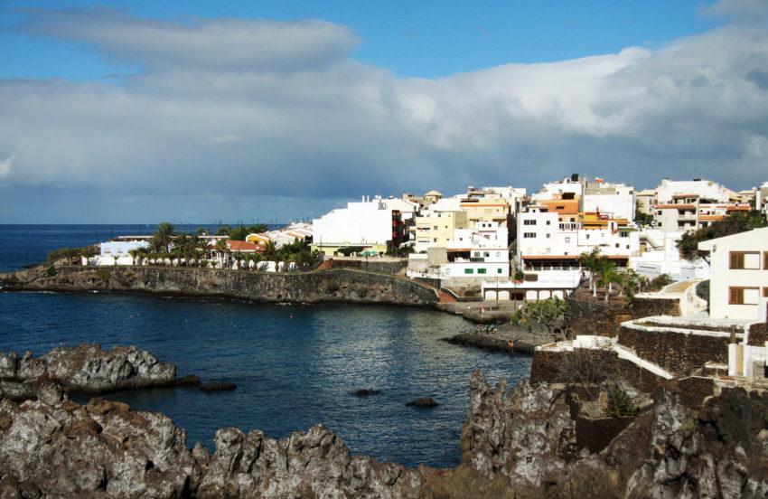 Blick auf Alcalá mit Hafen