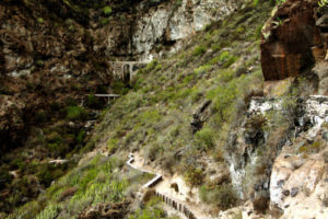 vorbei an Aquädukten und Wasserkanälen richtung Wasserfall
