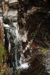 steile sunkle Felswände auf beiden Seiten des Weges