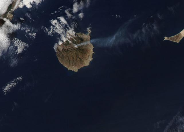 Auf dem Satellitenbild ist die Rauchwolke des Feuers deutlich zu erkennen. Quelle: Nasa