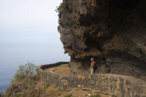 wandern unter den Felsen