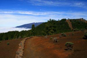 Die Wanderwege durch die Vulkanlandschaft sind oftmals mit kleinen Natursteinmauern eingefasst