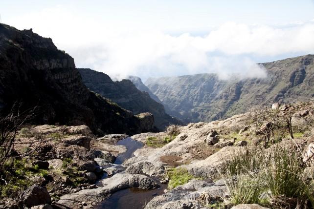 über dem Barranco de Erque führt der Wanderweg an einem kleinen Wasserfall vorbei