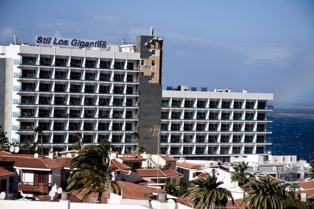 Hotelfassade Stil Los gigantes mit Sturmschaden