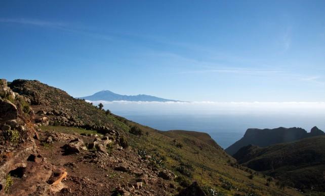 Wandern über den Bergkamm mit Blick auf den Teide