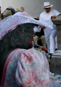 """Schwarz angemahlte """"Mammies"""" gehören zum typischen Karnevalsbild auf La Palma"""