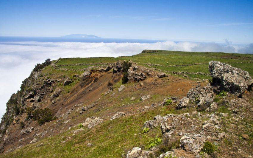 Mit Blick auf die Nachbarinsel La Palma geht es an der Steilküste entlang