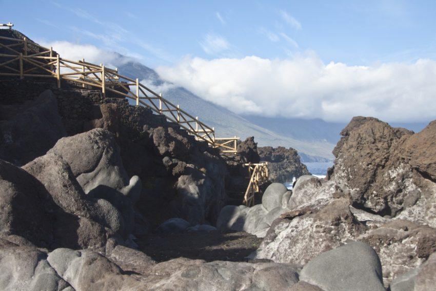 Lava, Felsen und Wellen