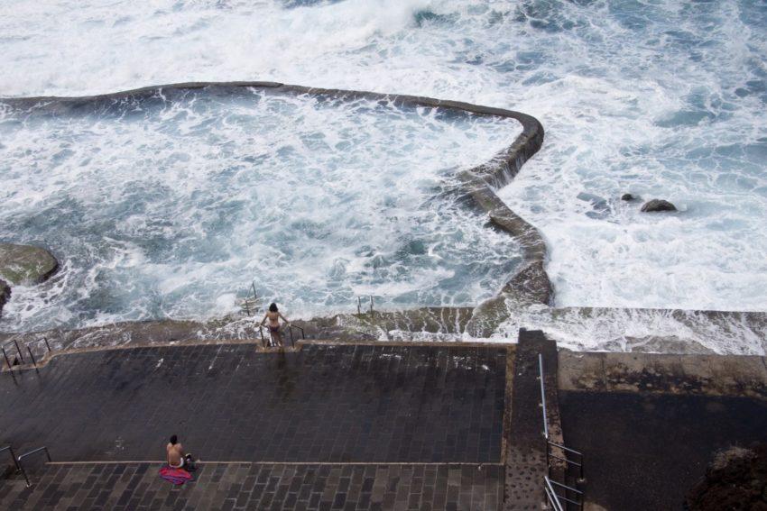 Naturpool umspült von hohen Wellen