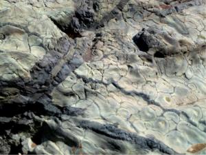 Im Barranco de las Angustias: Pillow- oder Kissen-Laven werden kreuz und quer von dunkleren magmatischen Intrusionen durchschlagen.