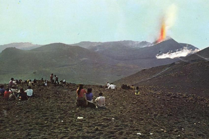 Der Teneguía-Ausbruch von 1971 war ein gesellschaftliches und touristisches Großereignis, das La Palma erst als Urlaubsinsel bekannt machte (historisches Foto)