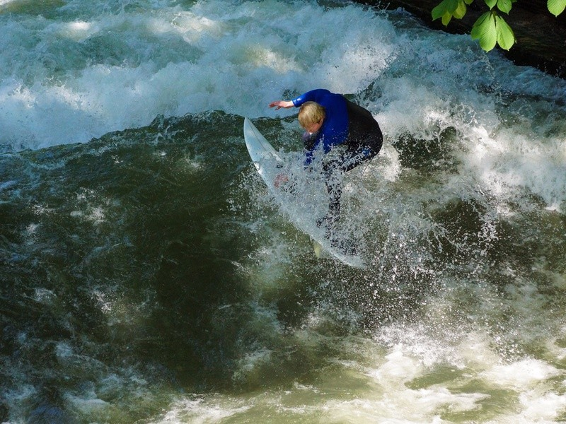Surfer auf der Eisbachwelle