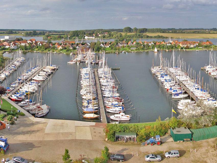 Hafenbucht mit Seegelschiffen