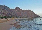 Strand mit Gebirge