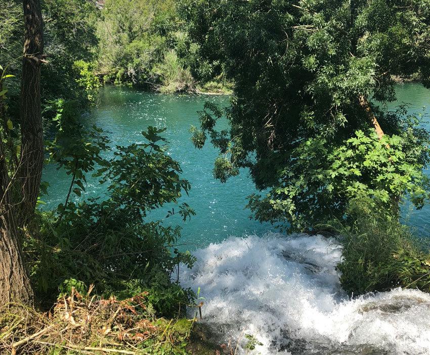 Türkises Wasser auf dem Wanderweg zum Skradinski Buk Wasserfall.