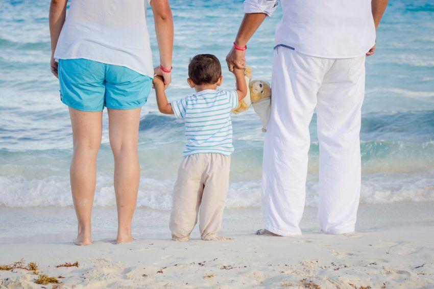 Paar mit Kind am Strand