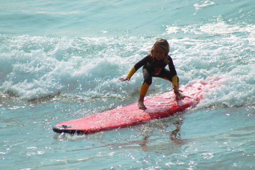Mädchen auf einem Surfbrett - Familienurlaub
