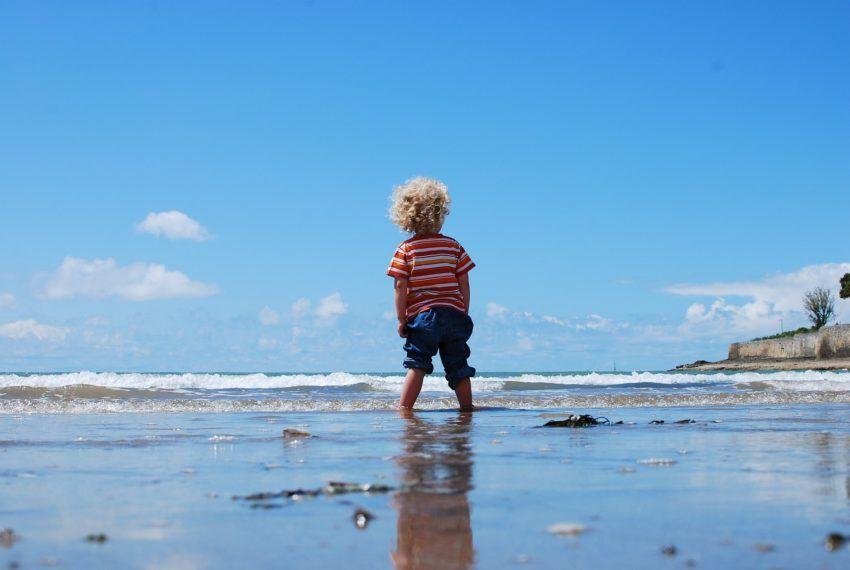 Kind allein am Strand