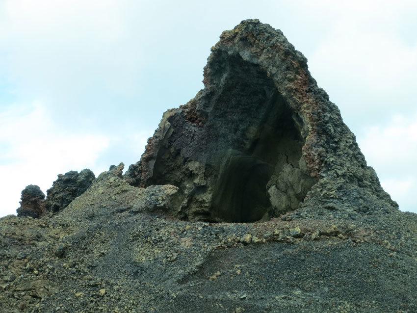 Eine Lavagestein-Einhöhlung in Timanfaya.