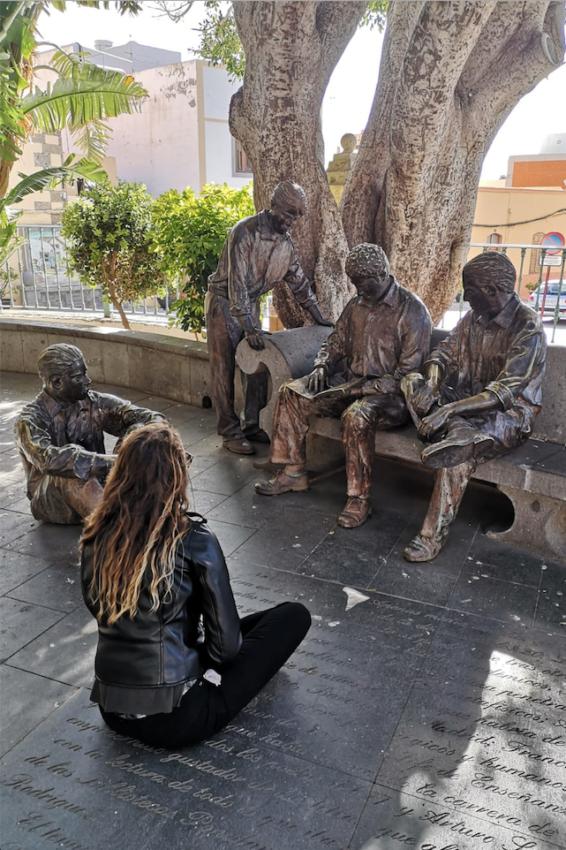 Ein Park mit Statuen und einer Frau