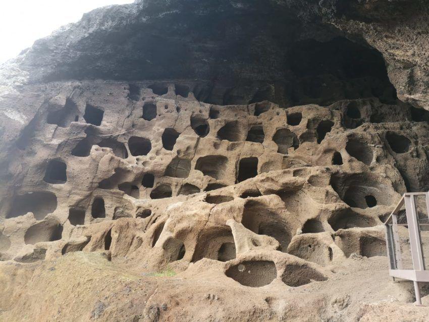 Höhlengebilde in braunem Gestein