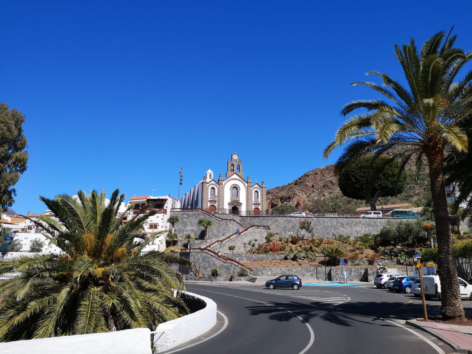 Straße mit Plamen, die zur Kirch von Santa Lucía führt