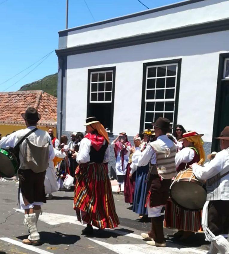 Der Romería Festzug mit Folkloremusik und traditionellen Trachten