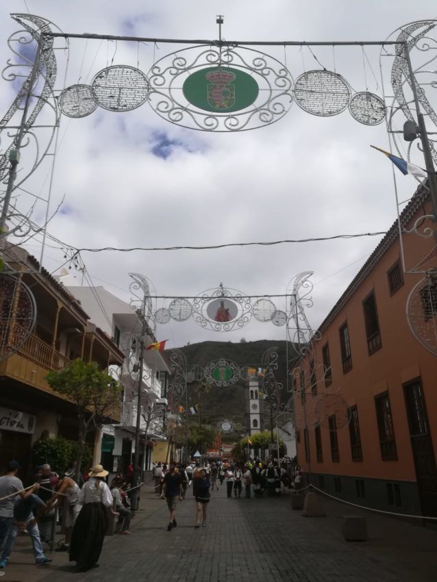 Die idyllischen Gässchen auf der Romería mit Dekoration
