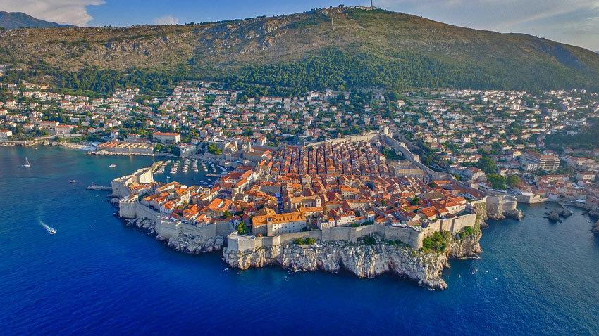 Tolle Architektur auf dem Fels am blauen Meer aus der Vogelperspektive