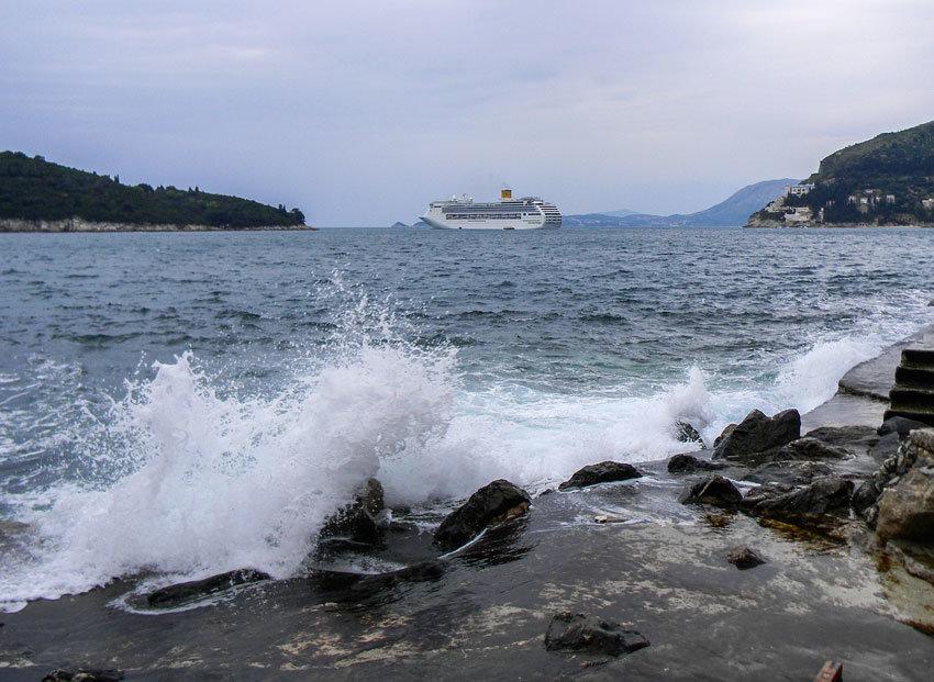Am Meeresufer derkroatischen Stadt mit einem Schiff im HIntergrund