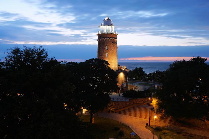Beleuchteter Leuchtturm am späten Abend
