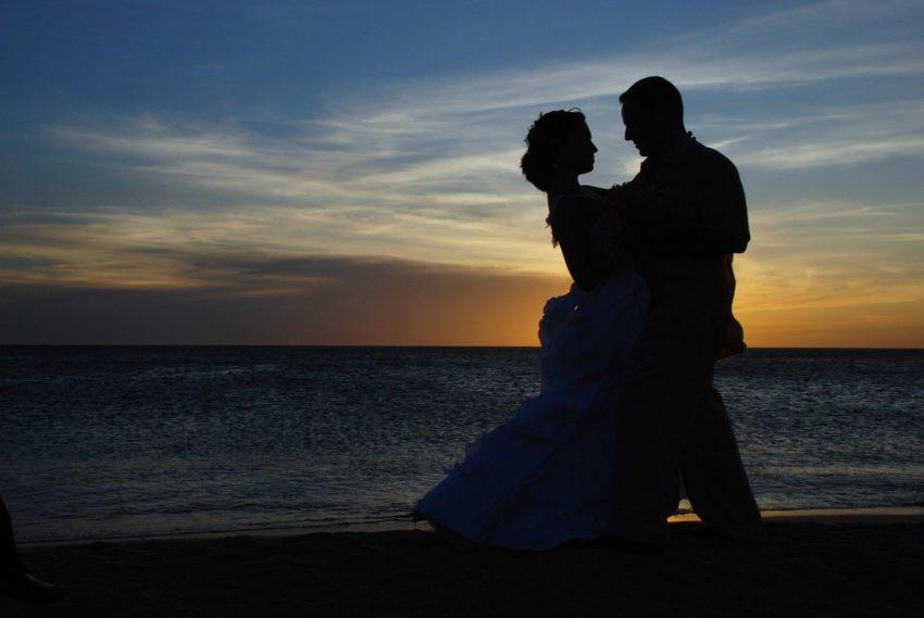 Ehepaar im Sonnenuntergang am Strand