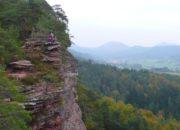 Rötzenfelsen im Pfälzer Wald von Ferne