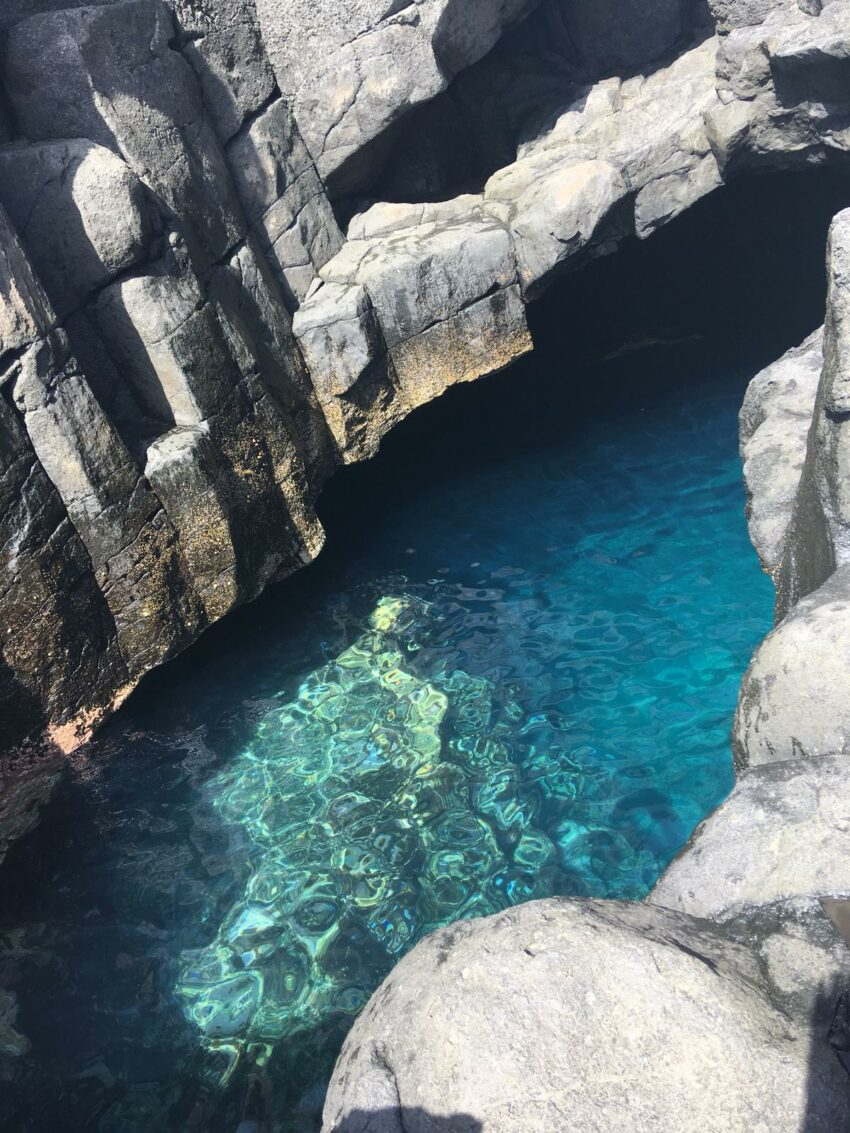 Die Höhle El Tancón bei strahlendem Sonnenschein
