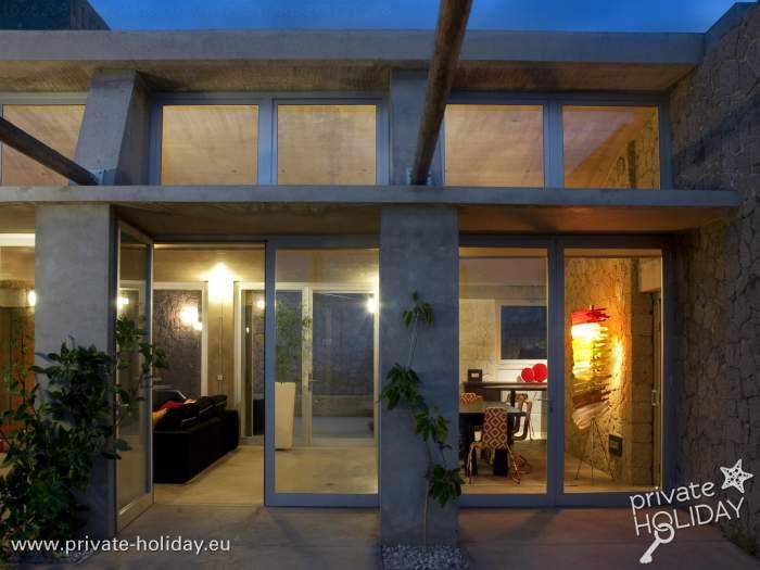 haus mit terrasse und innenhof im bioklimatischen dorf. Black Bedroom Furniture Sets. Home Design Ideas